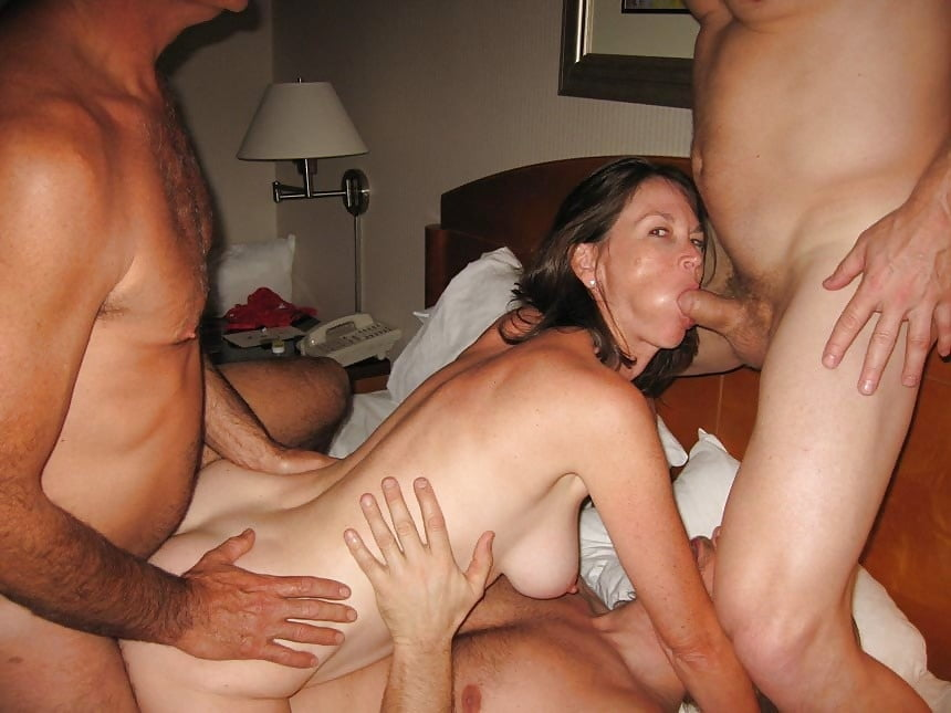 Красивые жены трахаются с двумя мужиками, устраивая свинг