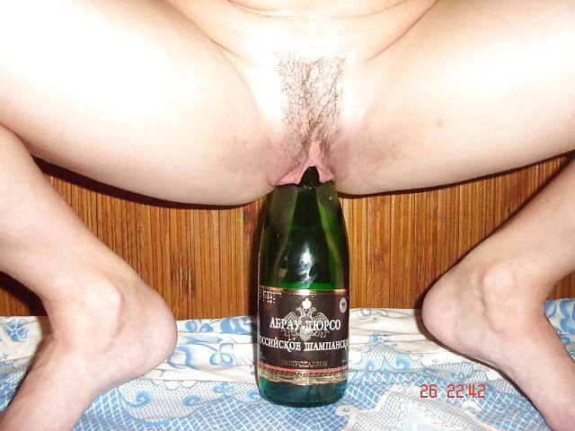 Блондинка села пиздой на бутылку пива фото
