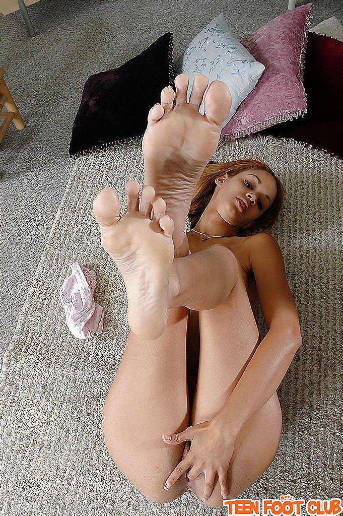 Sexy tan girls feet — photo 6
