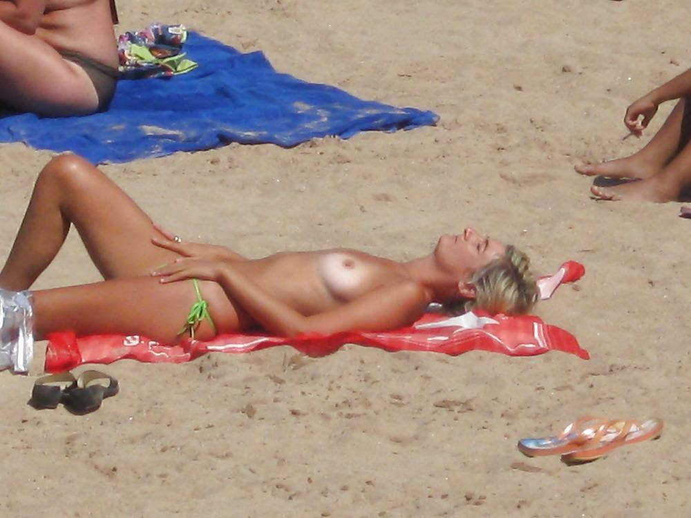 Sexy Beach Babe Cumshot