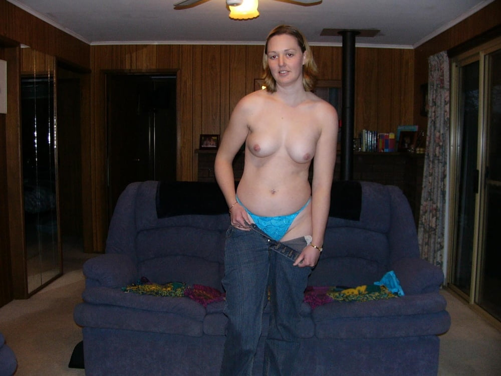 Amateur wife strips