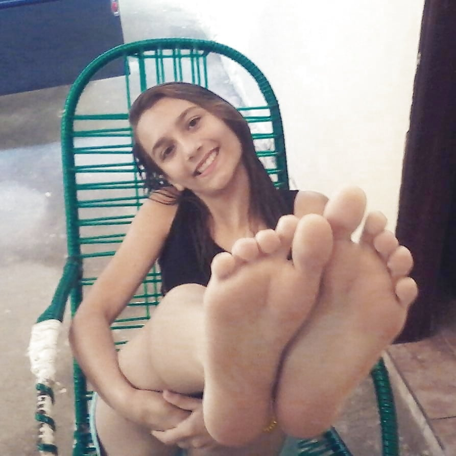 Solo girl shows her naked feet and body