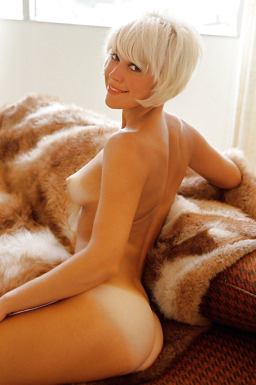 short-haired-blonde-beauties-naked