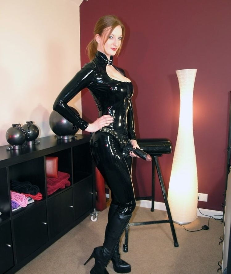 Strapon latex mistress