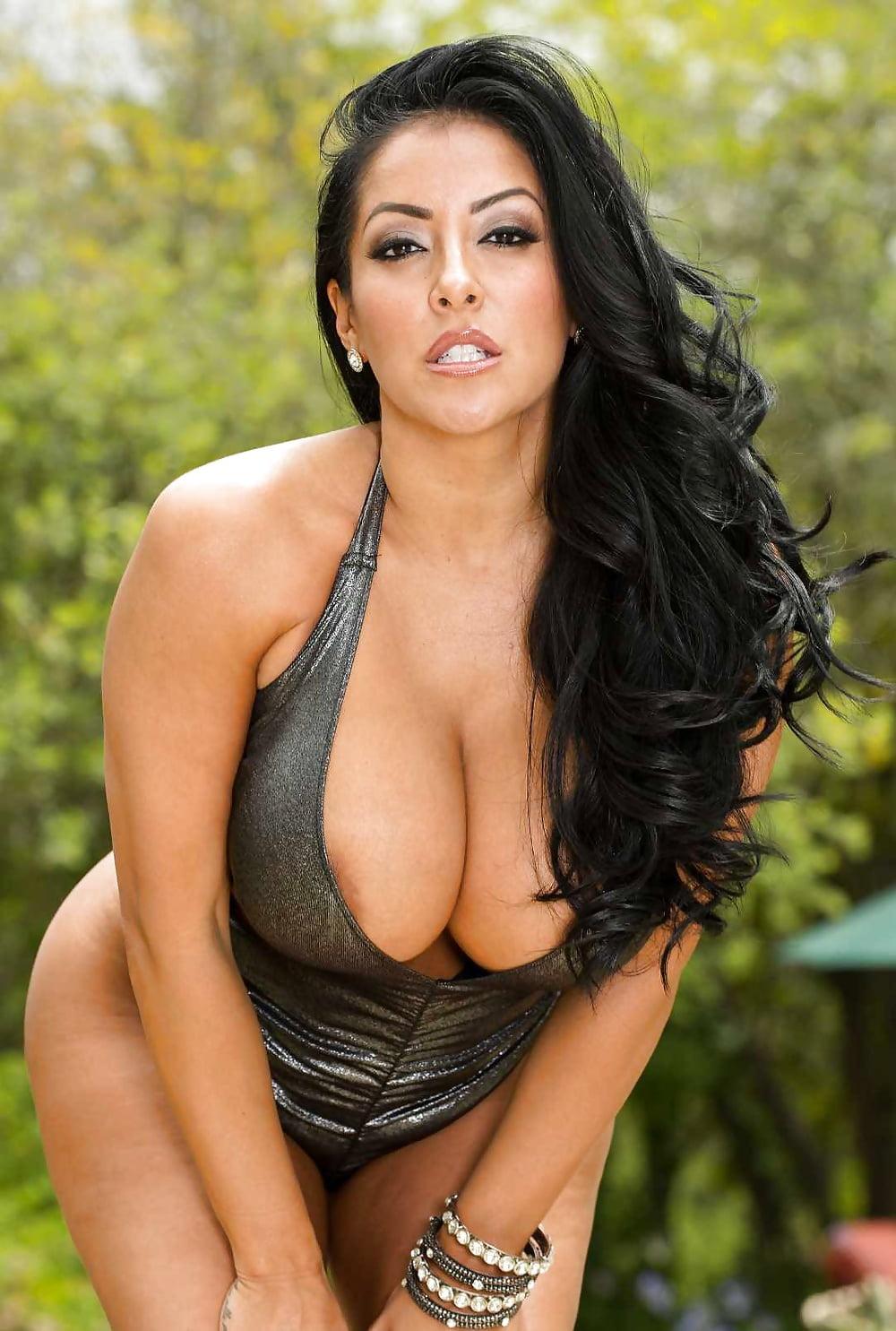 Brunette Pornstar Kiara Mia Gets Her Pussy Nailed Photos