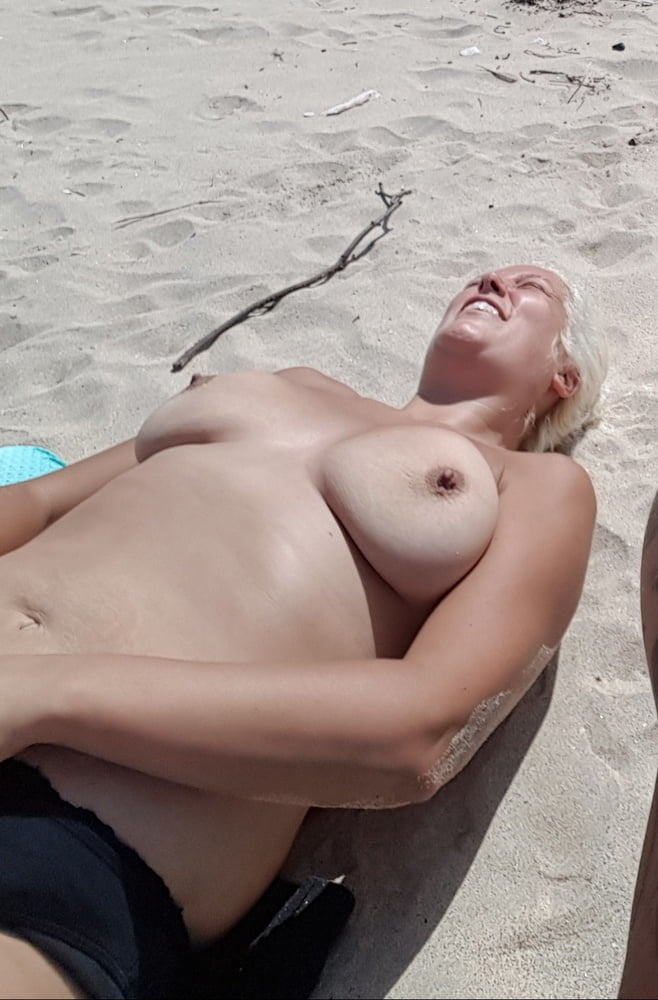 Topless sunbathing sex — photo 7