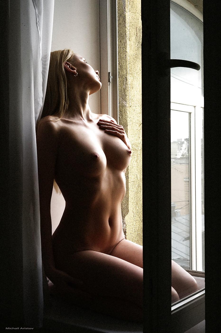 фото обнаженной девушки у окна хуже