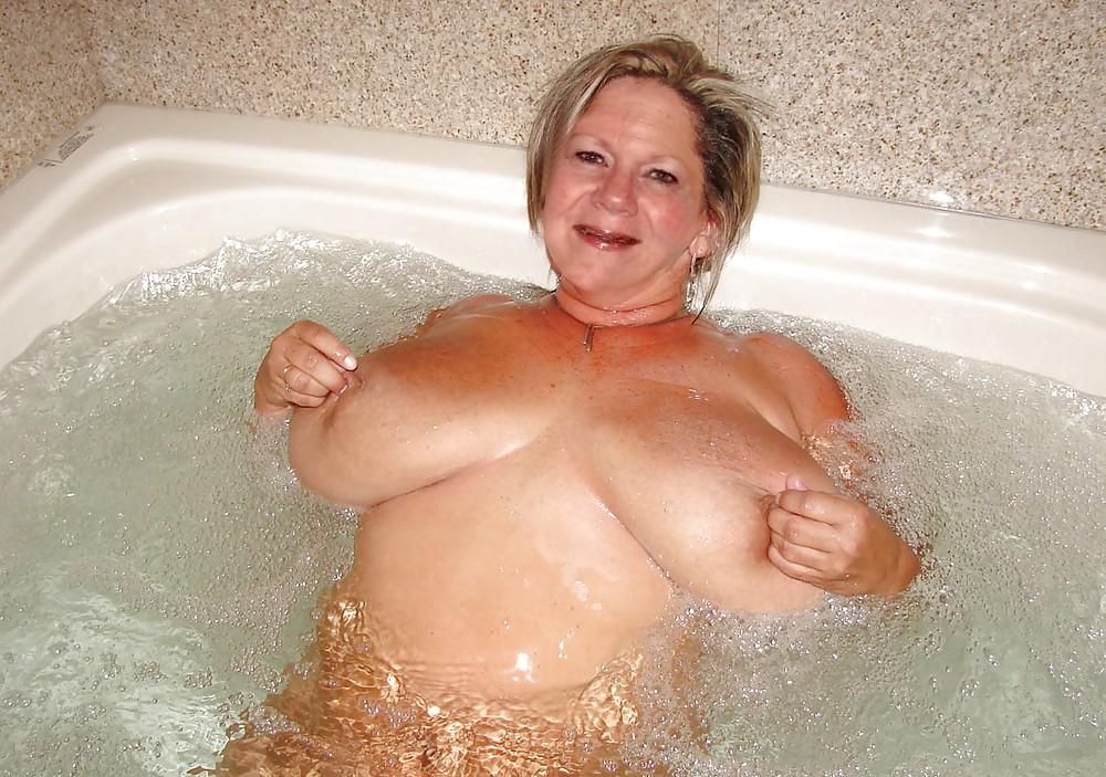старая баба купается в ванной стереть