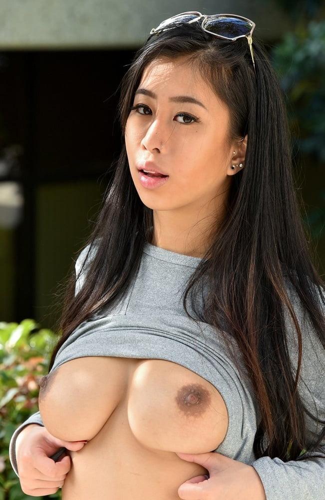 Интим азиатки с торчащими сиськами