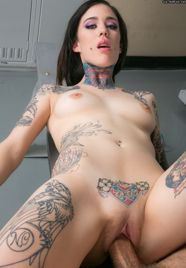 tats-by-the-pussy-girls-ejactulating-brutaly