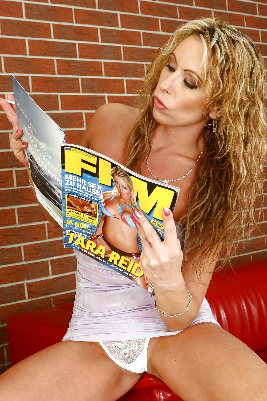 milf-reading-a-magazine-smoking-erotic-naked-batgirl