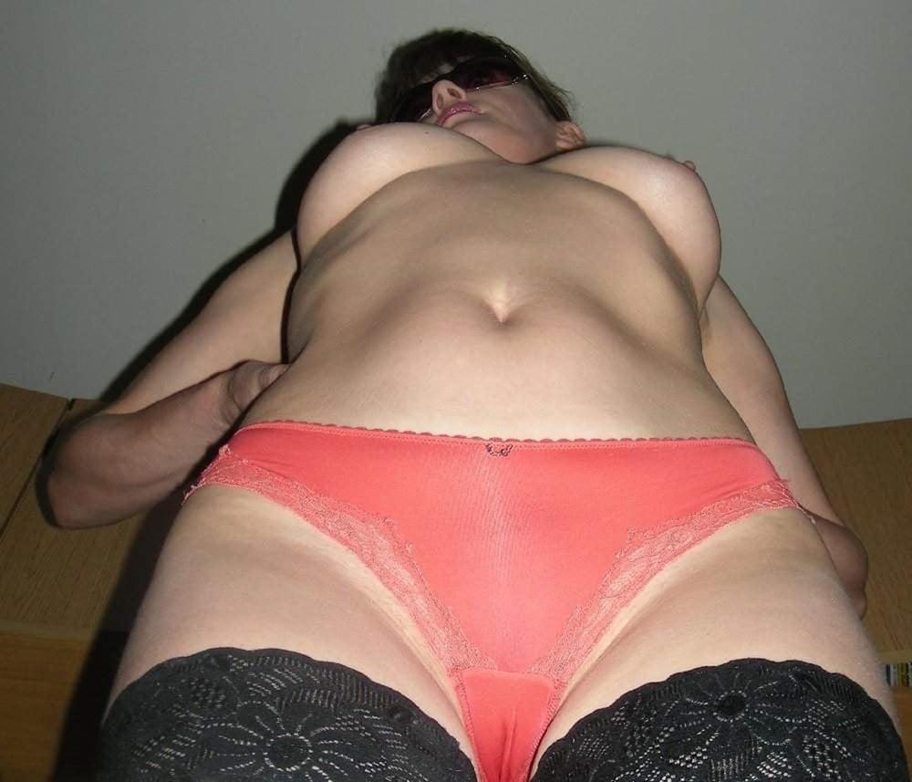 seksi-tetenki-v-trusikah-i-bez-foto-domashnee