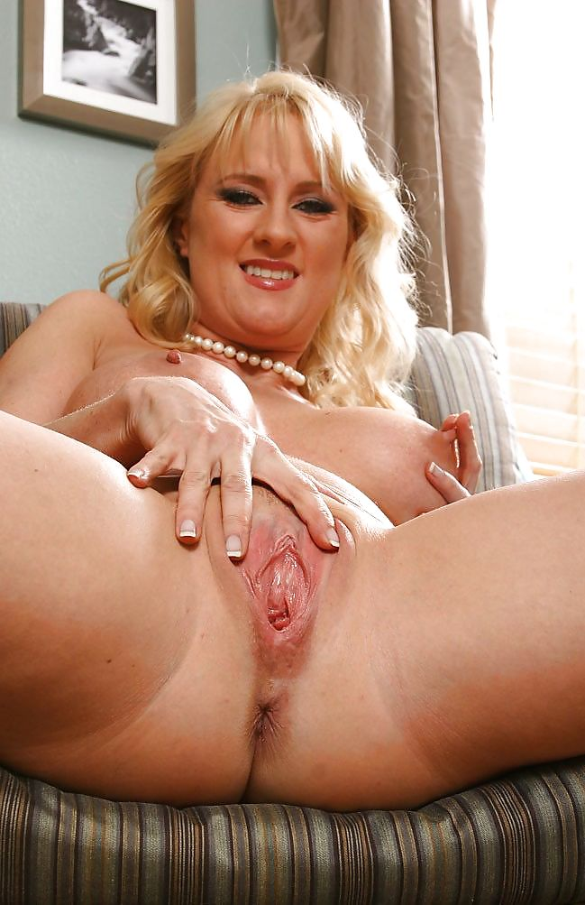 Sex masterbates mature pussy for using dildo