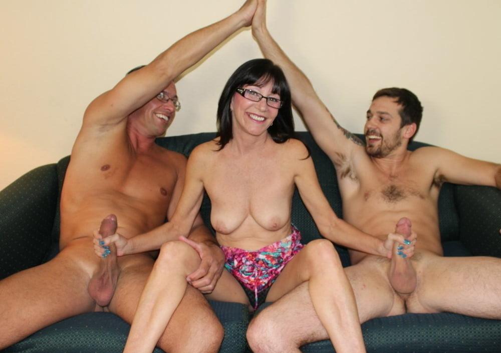 Порно дрочка члена двумя женскими руками втроем