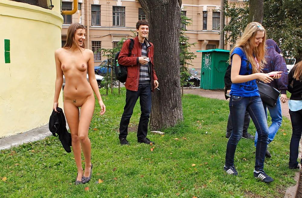 Шикарной девушка раздевается на людях фото видео