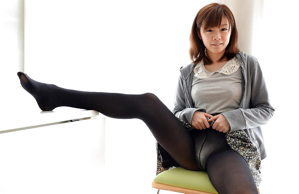 Японка показывает ножки в колготках, порно вид пизды из унитаза