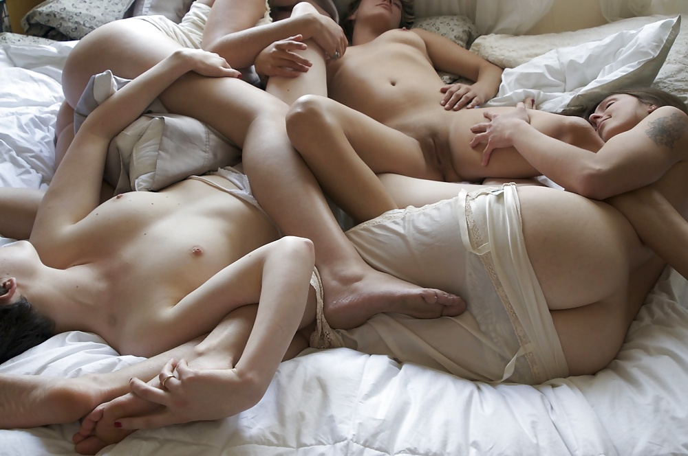 Girls sleeping together nude — photo 11