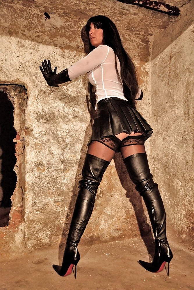 Violet jerks off in hot thigh high boots