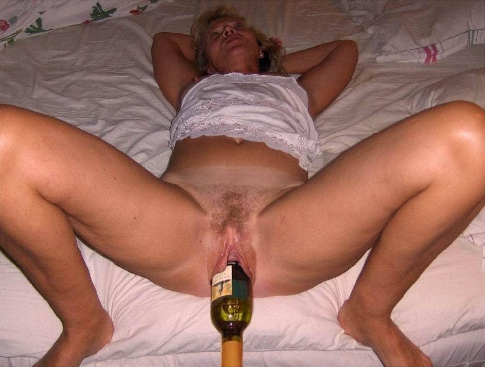 Домашнее фото голых пьяных дам суют огромные предметы анал