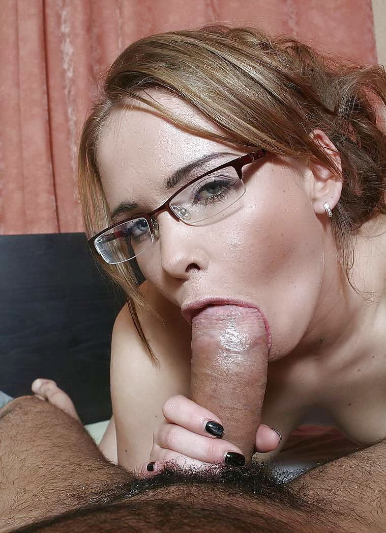 сосет девушка в очках фото дали пинка