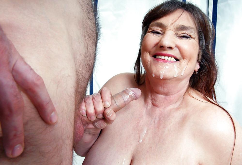 старая тетка глотает сперму - 11