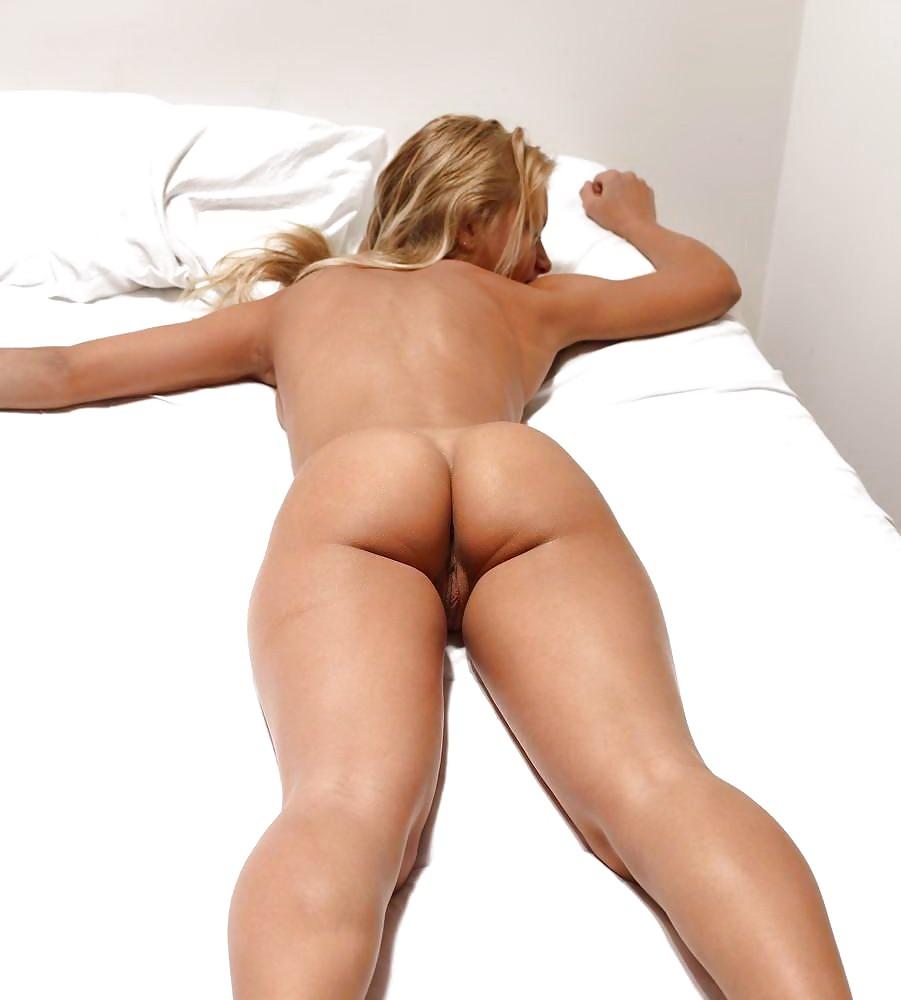 красивые голые попки девушек лежа на животе раз головка проезжалась