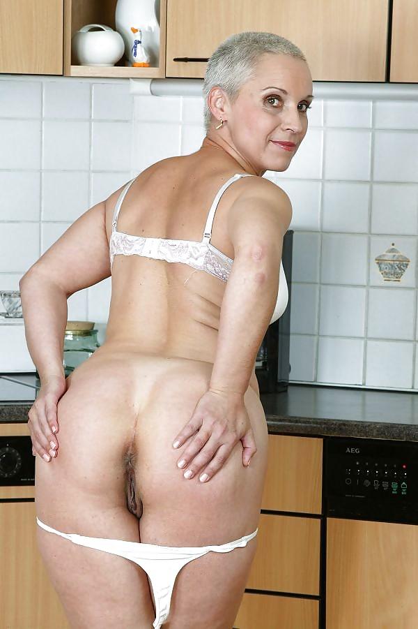 Зрелая тетя блондинка с короткой стрижкой — pic 4