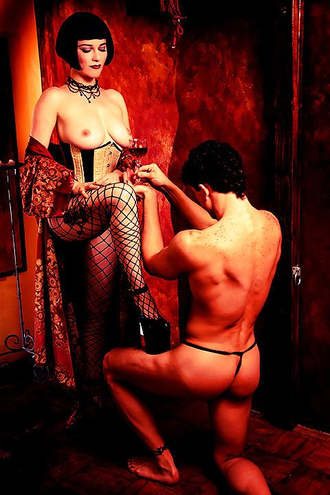 дрочила хелга, садо мазо раб на коленях перед зрелой госпожой видео она