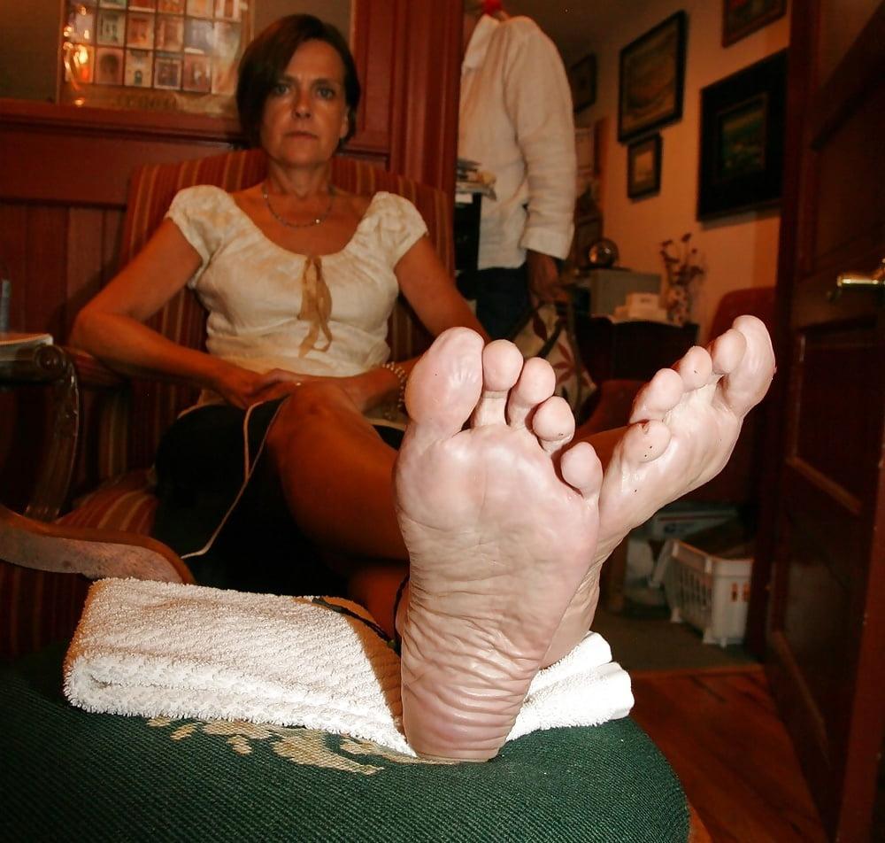 Mature feet porn and older women pics