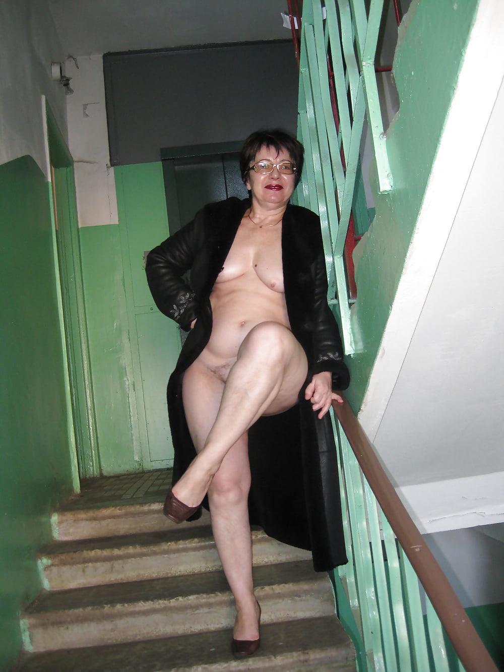 порно зрелая соседка в подъезде - 5