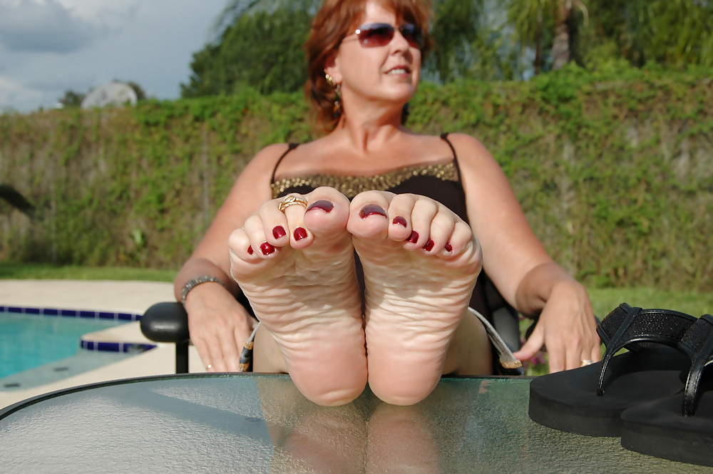 Milf pussy and feet