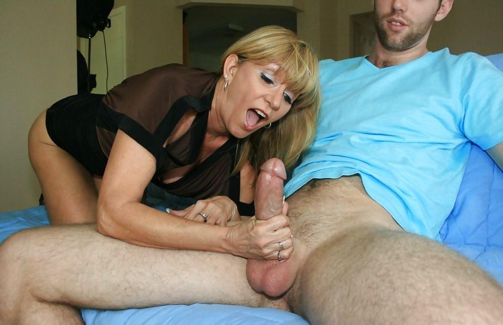 Зрелая тетка дрочит руками член парню порно, видео ебут в тачке ххх