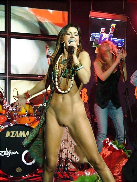Румынская певица вышла без трусов — pic 3
