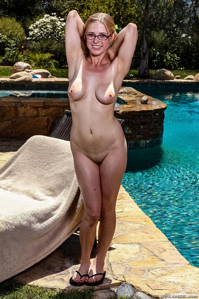 naked-women-penny-tunnel-twat