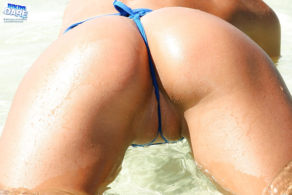 porno-krasivie-popi-v-bikini-fontani-strui-moloka-sisek