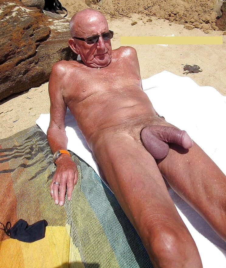 Мужик с толстым хером на пляже фото 13
