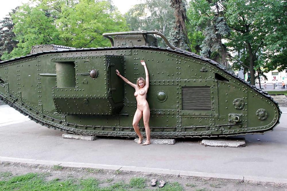 секс возле танка рядом фонтаном сидел
