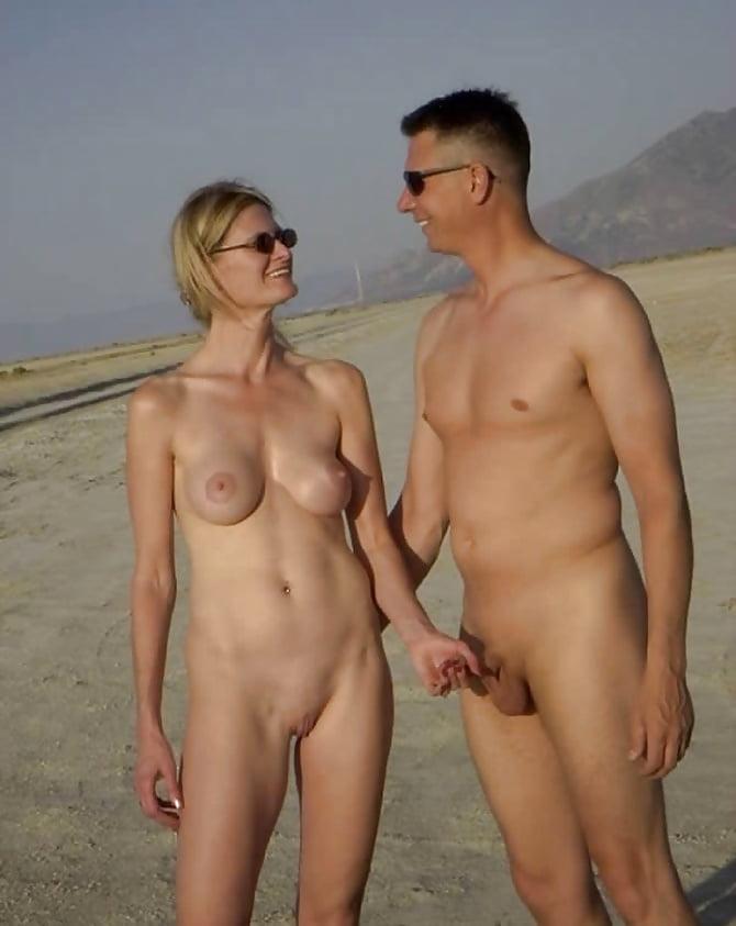 на пляже держит за член