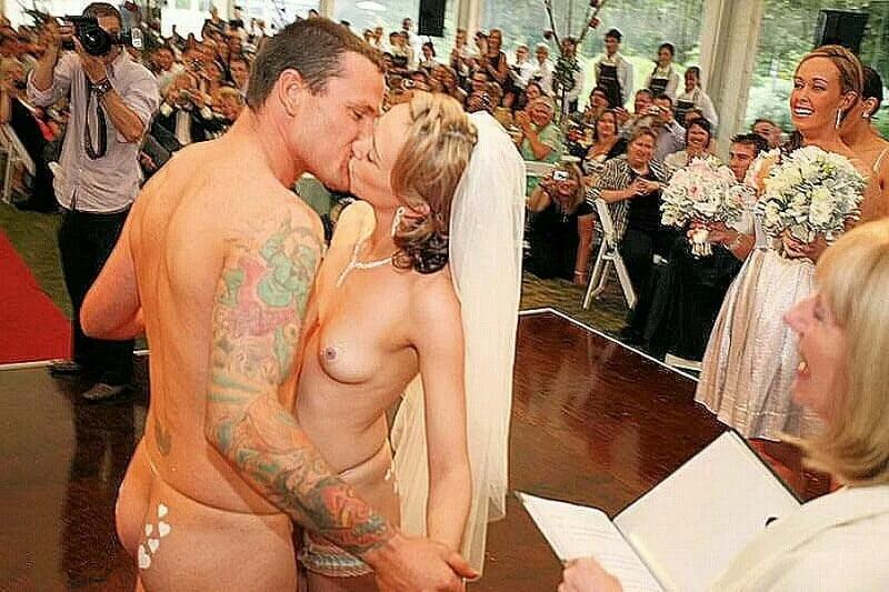 golishom-na-svadbe-na-stsene-seks-s-svoey-zhenoy-porno