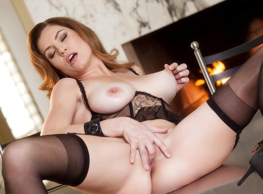 Watch cleopatra_sinns, in sexy lingerie, is fingering