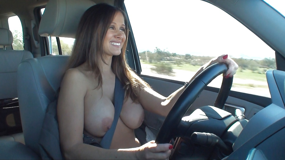 Hottie drivers around nude in a convertible