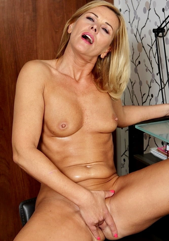 carrie-mcgwire-milf-white-girls-eating-black-girls-out
