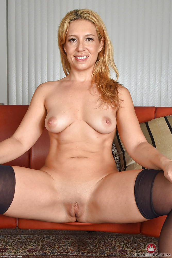 rachel-blakely-showing-her-pussy