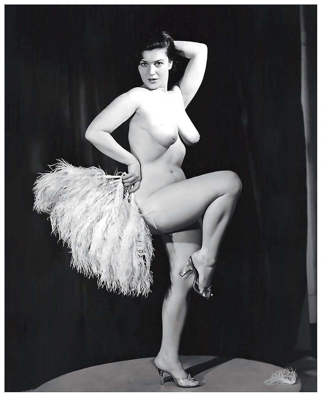 masturbating-tanning-naked-burlesque-girl-ebony