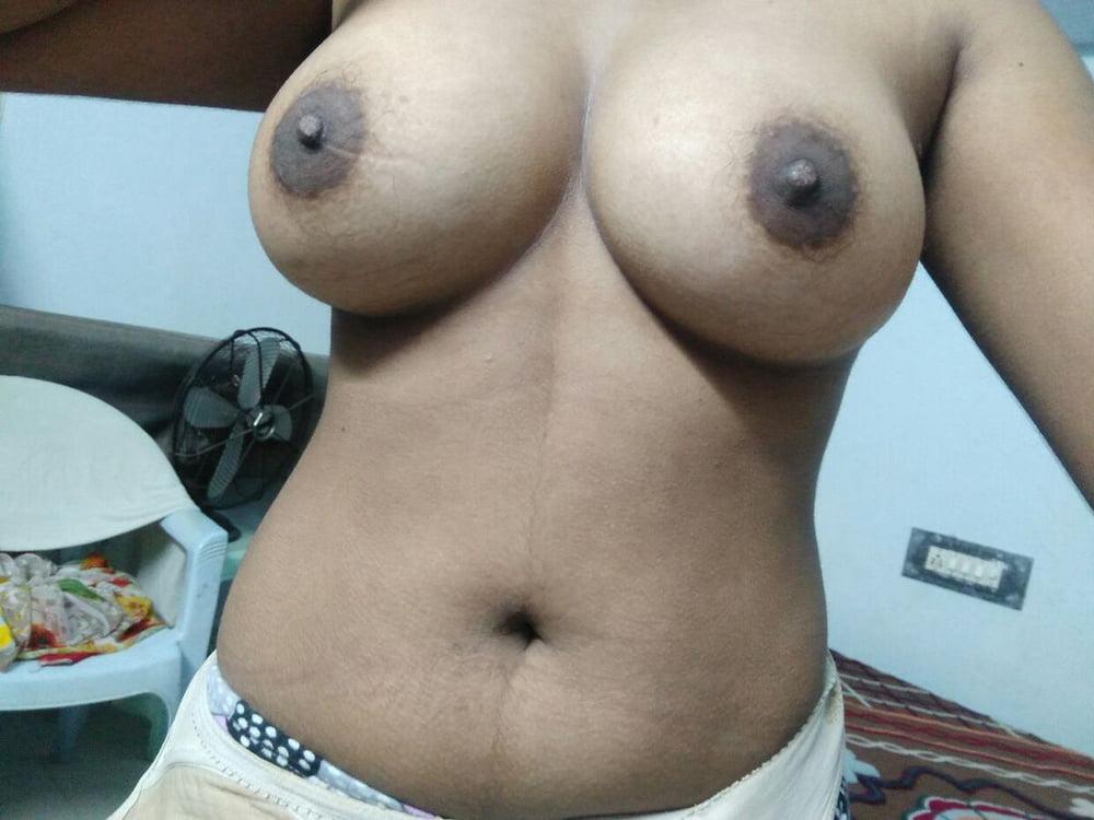 Tharki anju aunty big boobs posing selfies leaked