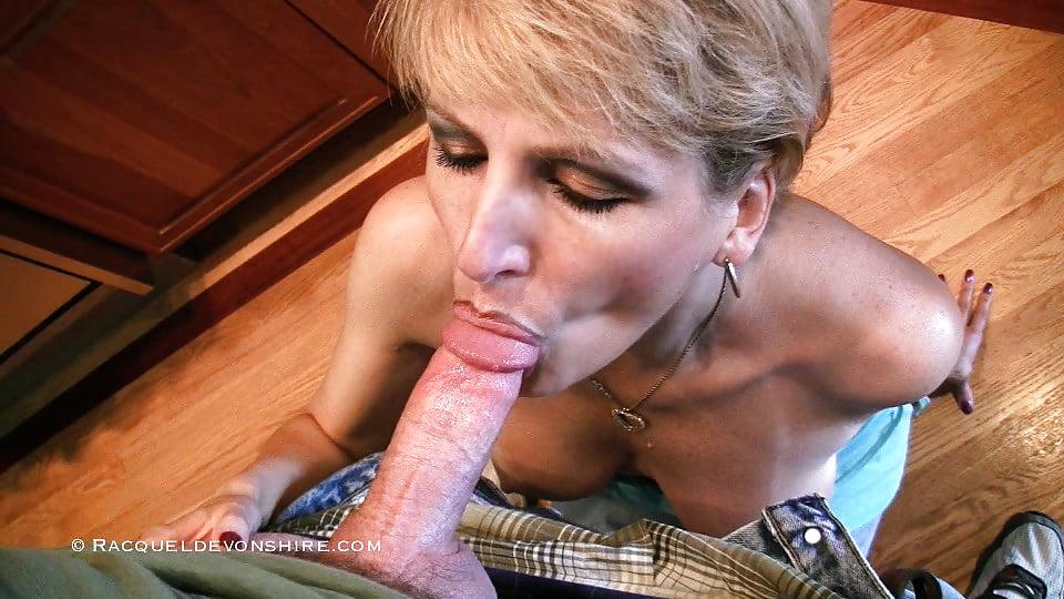Развратное зрелая блондинка в доме на колесах сосет киски