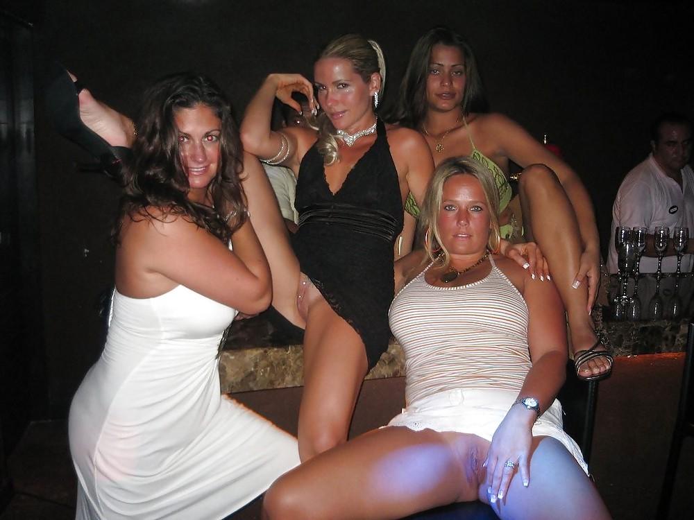Жена пошла на вечеринку без трусиков, начальница принимает на работу сексом порно