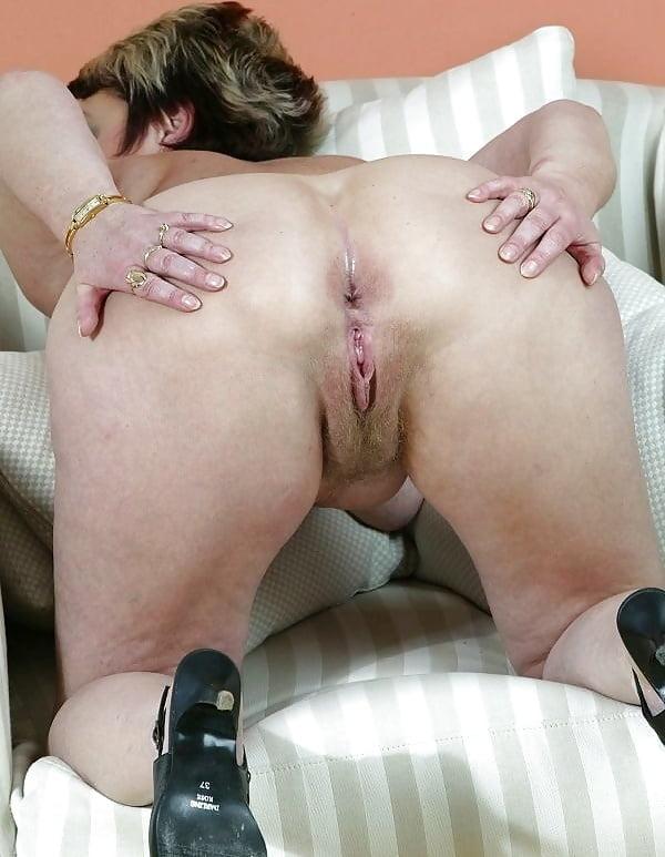 Секс фотографии старых женщин рачком, рука и хуй одновременно в анусе