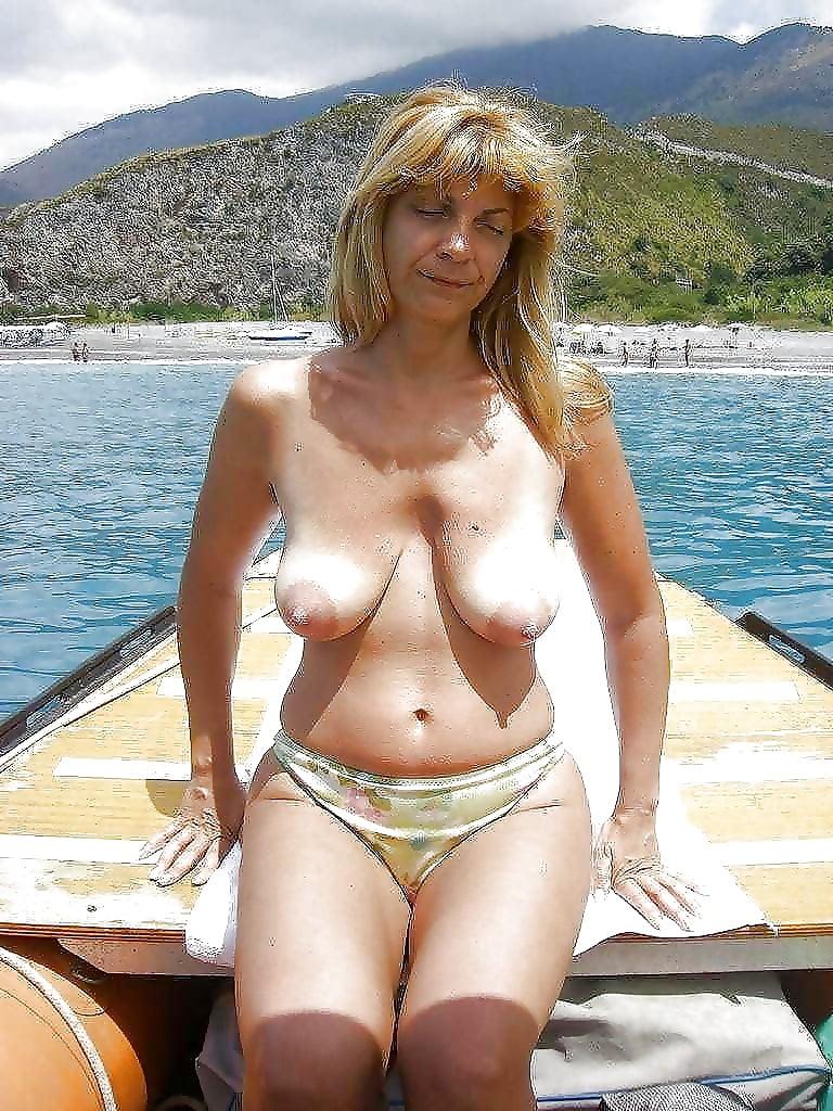 foto-golih-zhenshin-v-vozraste-v-bikini