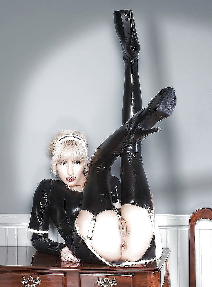 tatuirovkoy-blondinka-poziruet-masturbiruet-kozha-lateks-ero-foto-seks-horoshenkoy